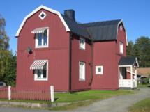 Typisch rotes schwedisches Haus in Umea