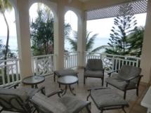 Der Balkon mit Meerblick der Flamboyant Suite in den Black Rock Dreams Apartments