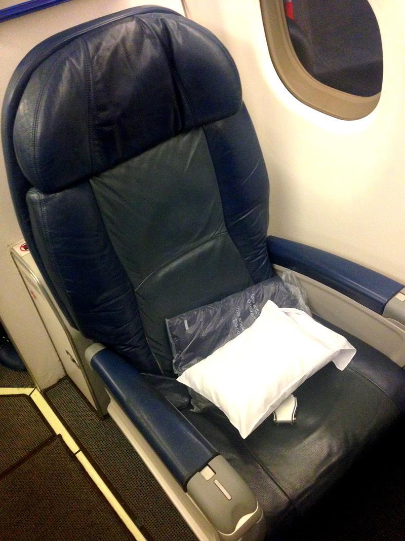 Der Sitz in einem Embraer in der Business Class von Aeromexico