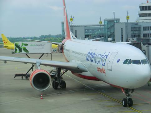 Die neue Oneworld-Lackierung an einem Flugzeug von Air Berlin
