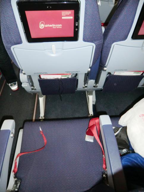 Sitz in der Economy Class von Air Berlin auf dem Flug von Berlin-Tegel nach Miami