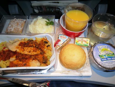 Hauptmahlzeit bei Air Berlin während des Fluges von New York (JFK) nach Berlin-Tegel