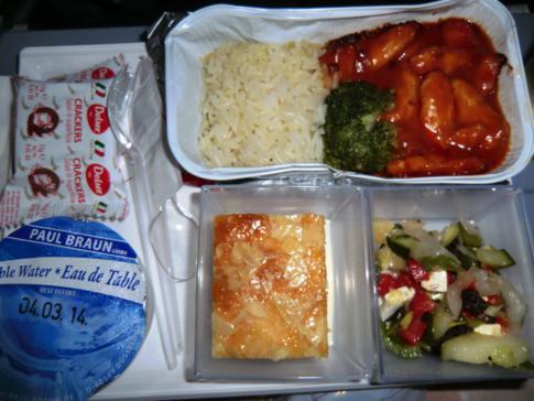 Hauptmahlzeit bei Air Berlin während des Fluges von Berlin-Tegel nach Miami