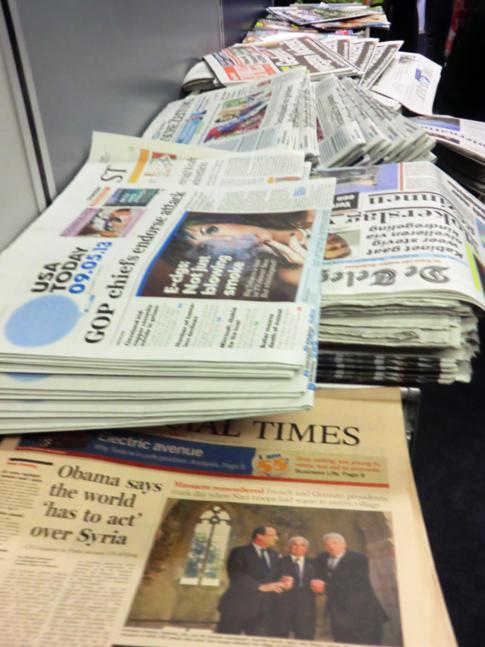 Zeitungsauswahl vor dem Flug mit Air Berlin am Flughafen New York (JFK)