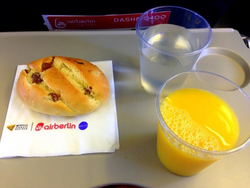 Frühstück in der Economy Class von Air Berlin auf dem Weg von Dresden nach Düsseldorf
