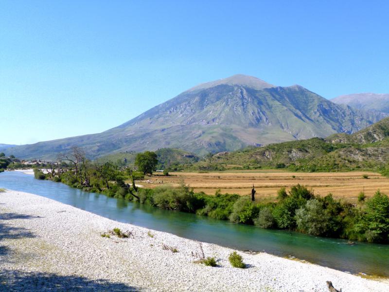 Kurz hinter Tepelene: eine Landschaft, die ihres gleichen sucht