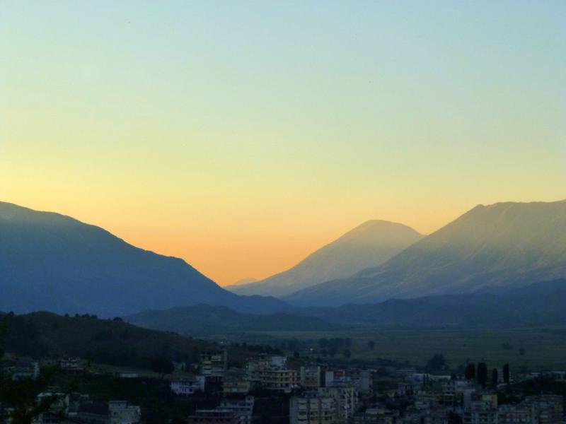 Traumhafter Sonnenuntergang in Gjirokastra mit Blick auf das Dinarische Gebirge