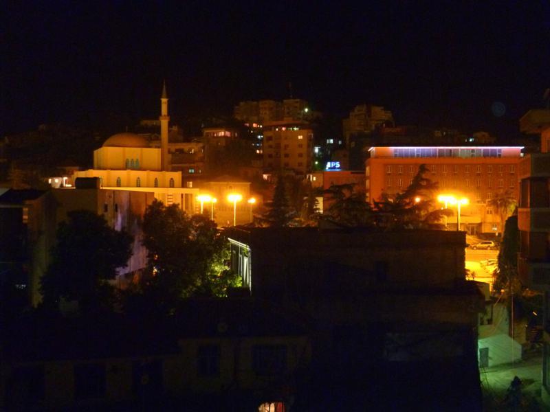 Blick über Durres bei Nacht