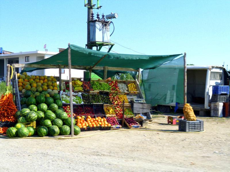 Landleben in Albanien während der Fahrt mit dem Mietwagen