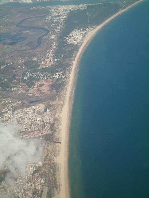 Der Küstensteifen der Ost-Algarve beim Anflug auf Faro