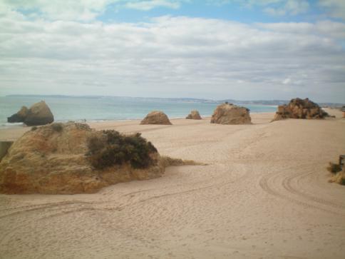 Eine der wunderschönen Buchten der Algarve - hier der Praia tres Irmaos