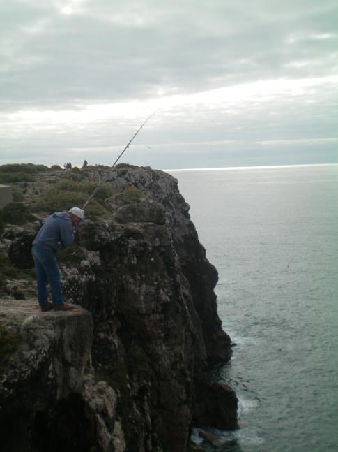 Ein Fischer beim Angeln auf der Festung Sagres