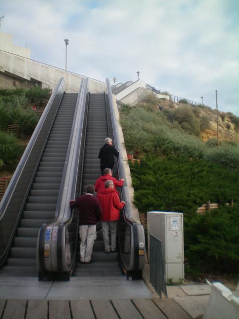 Eine Rolltreppe vom Strand in die Altstadt Albufeiras