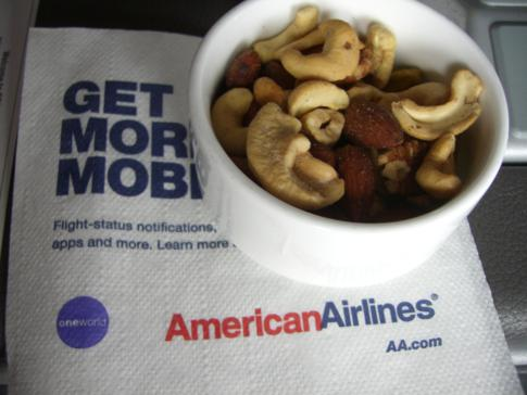 Warme Erdnüsse als Opening-Snack in der Business Class von American Airlines
