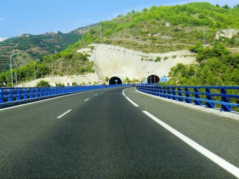Die Autobahn von Malaga nach Motril entlang Andalusiens Küste