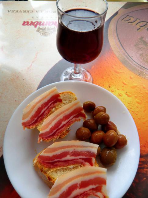 Tapas und Wein im Schinkendorf Trevelez in den Alpujarras