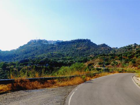 Blick auf Comares, ein klassisches weißes Dorf in Andalusien