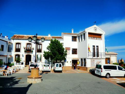 Marktplatz von Comares, einem weißen Dorf zwischen Malaga und Motril