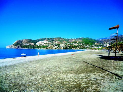 Der Strand von La Herradura an der Costa Tropical