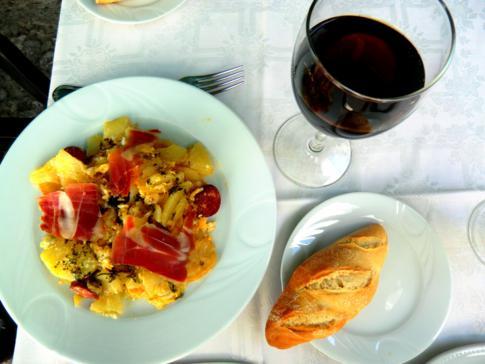 Kleine Mittagsracion in Zuheros: Pfanne mit iberischen Schinken und Wein
