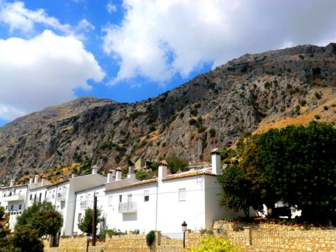 Ein weiteres weißes Dorf in den Bergen der Sierra Ubrique