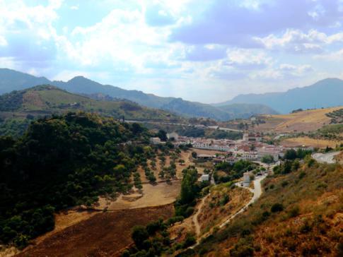 Das kleine Dorf Atajate in den Bergen von Andalusien