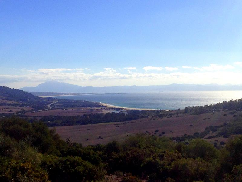 Blick auf die Costa de la Luz bei Tarifa im Süden von Spanien