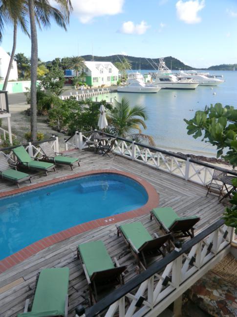 Der Pool des Hotels, direkt neben dem Falmouth Harbour