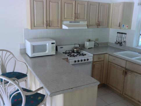 Die Küche im 1-Bedroom-Apartment der Dickenson Bay Cottages