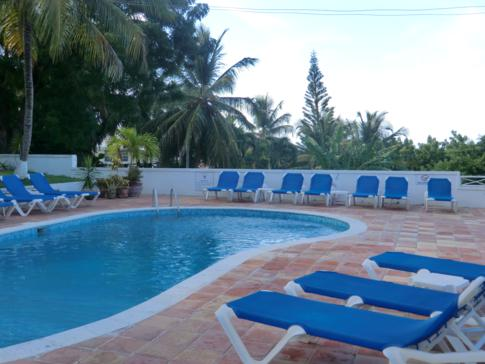Die Poolanlage in den Dickenson Bay Cottages in Antigua