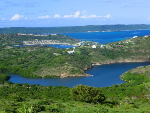 Der Ausblick vom Blockhouse Hill auf die Willoughby Bay im Osten von Antigua