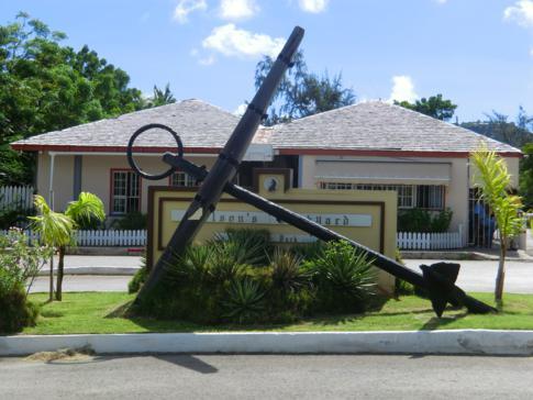 Der Eingang und das Welcome Sign zu Nelsons Dockyard in Antigua
