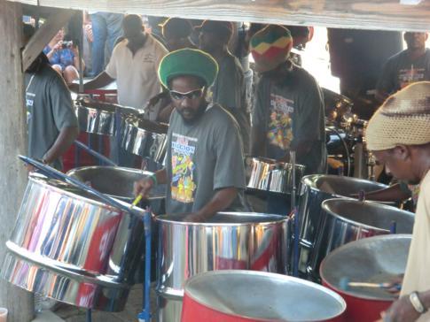 Die Steelpan-Band während der Sonntagsparty auf Shirley Heights