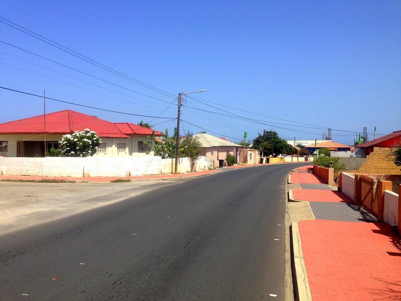 Eine typische Straße in Aruba: gut ausgebaut, leer und unpersönlich