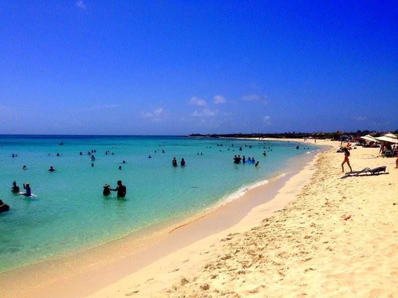 Der Arashi Beach auf Aruba, ein typischer Karibikstrand
