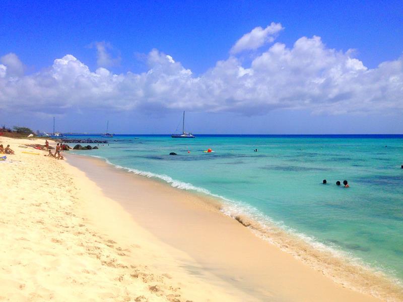 Der Arashi Beach auf Aruba im Norden der Karibik-Insel