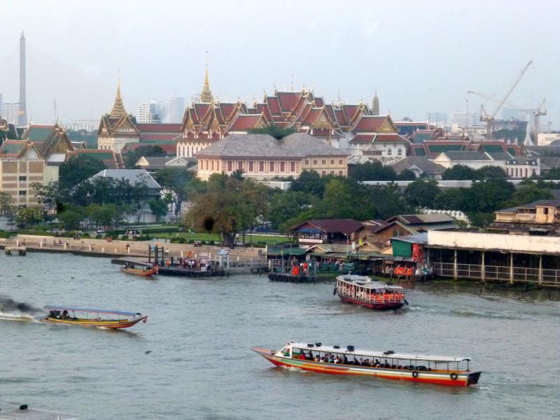 Blick vom Wat Arun auf den Chao Phraya und die Innenstadt von Bangkok