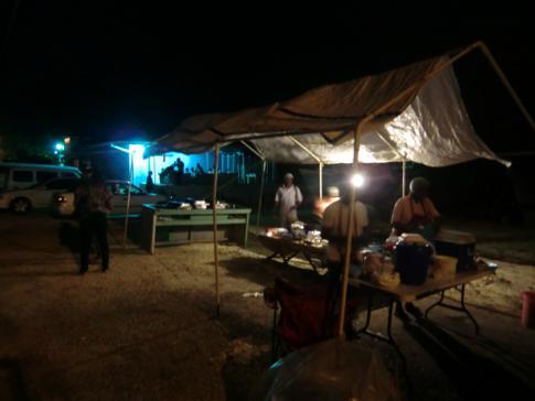 Abendbrot an einem lokalen Food-Stand zwischen Holetown und Speightstown