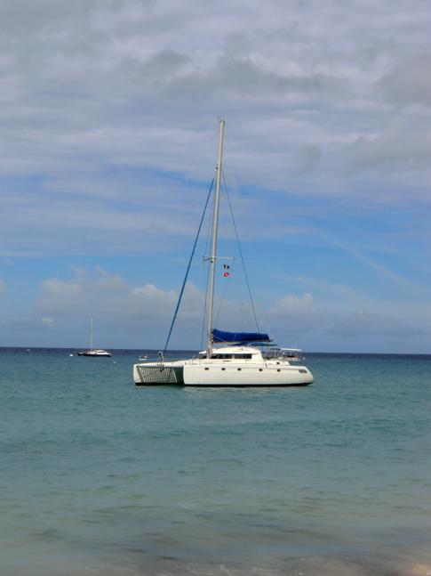 """Der Katamaran """"Good Times"""" vor der Westküste von Barbados"""
