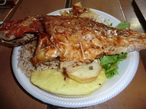 Ein Red Snapper auf dem Fish Fry in Barbados