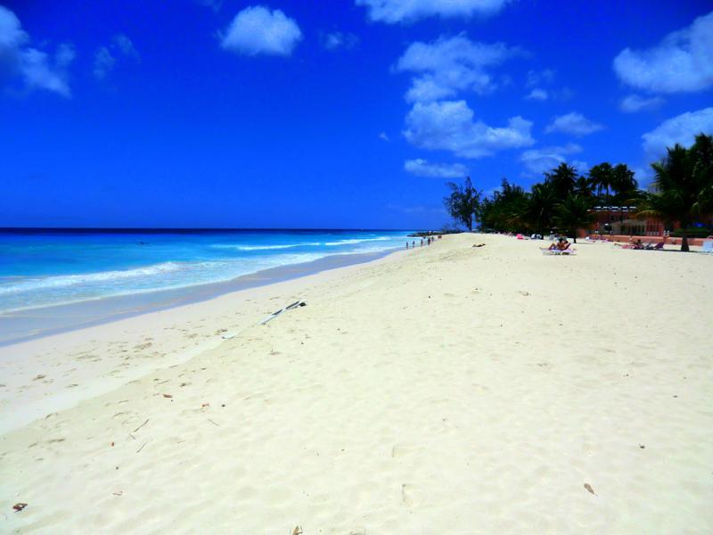 Der wunderschöne Dover Beach am St. Lawrence Gap in Barbados