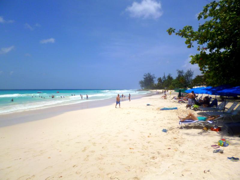Der strahlendweiße Rockley Beach im Süden von Barbados