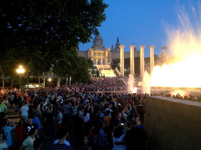 Viele Besucher am magischen Brunnen von Mont-Juic in Barcelona