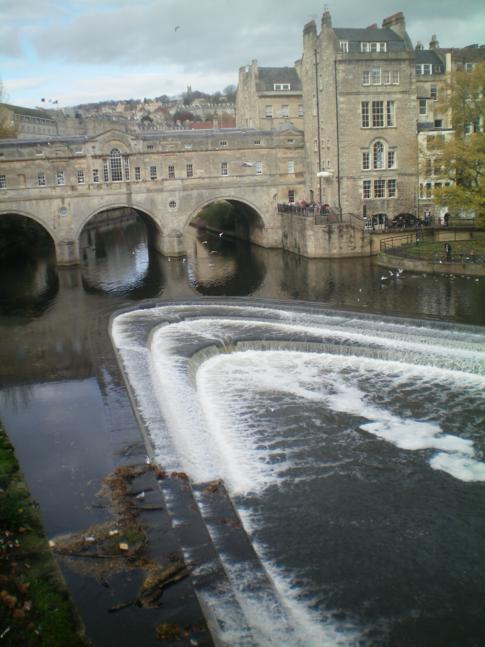 Die Pulteney Bridge in Bath am River Avon