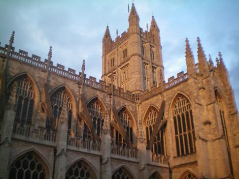 Das Bath Abbey im Abendsonnenlicht