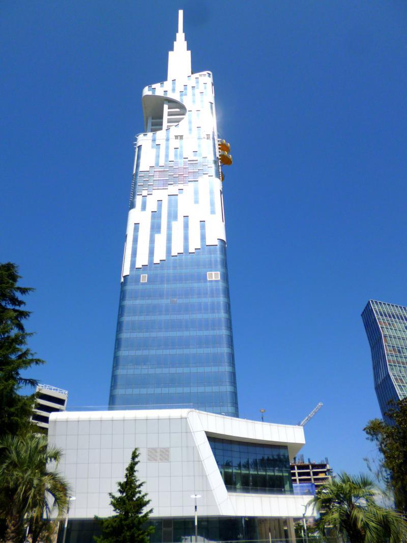 Einer der neuen Wolkenkratzer in der aufstrebenden Stadt am Schwarzen Meer