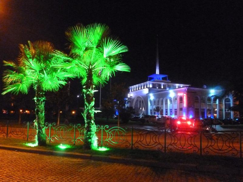 Der Hafen von Batumi, beleuchtet bei Nacht