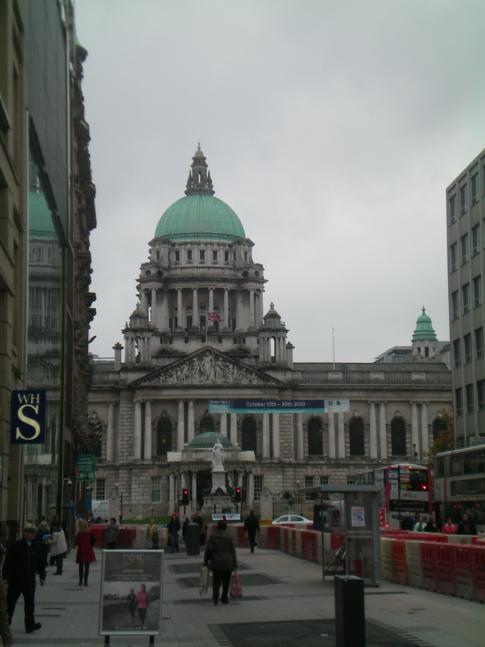 Der Donegall Place mit Blick auf die City Hall von Belfast
