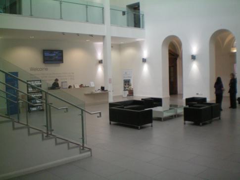 Der großzügige und moderne Eingangsbereich des Ulster Museum in Belfast