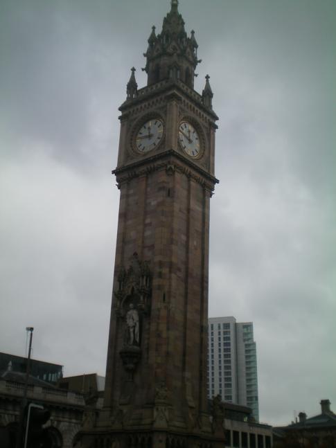 Der - ähnliche wie der schiefe Turm von Pisa - etwas geneigte Clock Tower von Belfast